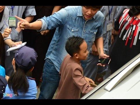Hồ Văn Cường bị khán giả vây kín khi đi diễn ở chùa