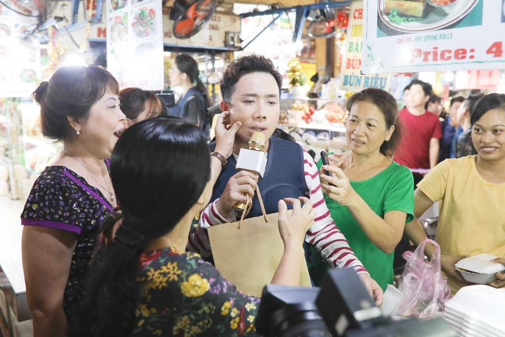 Hương Giang - Trấn Thành xấn xổ tranh giành địa bàn... bán bún bò - Ảnh 6.