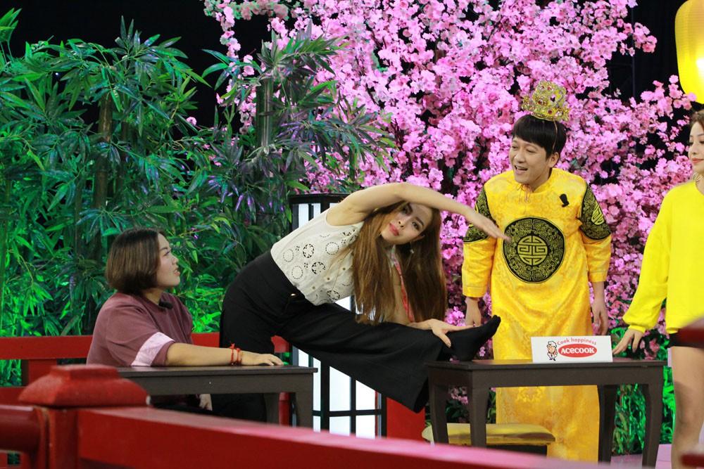 Trường Giang mê mẩn theo dõi màn tập yoga của Phương Trinh Jolie - Ảnh 4.
