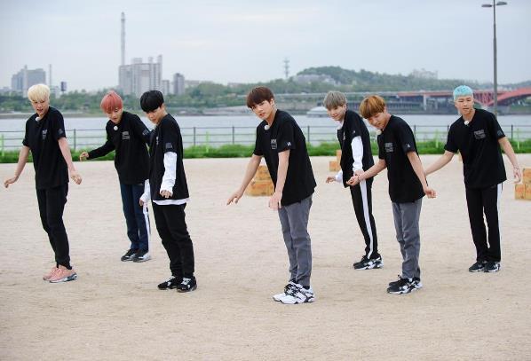 Idol Kpop toàn cầu BTS cũng từng bầm dập dưới tay Kim Jong Kook - Ảnh 1.