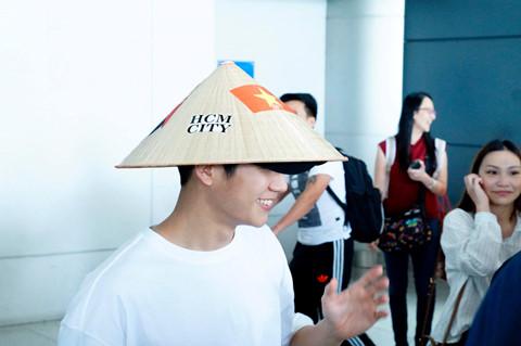 Mỹ nam 'Chị đẹp mua cơm ngon cho tôi' đội nón lá xuất hiện tại Tân Sơn Nhất - ảnh 2